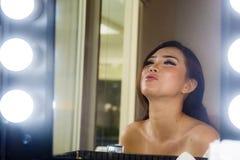 El retrato brillante artístico de la mujer china asiática hermosa y magnífica joven en compone el sitio de la belleza que parece  fotos de archivo libres de regalías