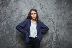 El retrato brillante de la moda de la mujer adolescente morena bastante joven del inconformista con brillante compone y aturdiend Imágenes de archivo libres de regalías