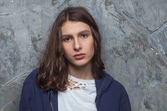 El retrato brillante de la moda de la mujer adolescente morena bastante joven del inconformista con brillante compone y aturdiend Imagen de archivo