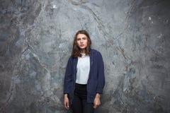 El retrato brillante de la moda de la mujer adolescente morena bastante joven del inconformista con brillante compone y aturdiend Foto de archivo libre de regalías