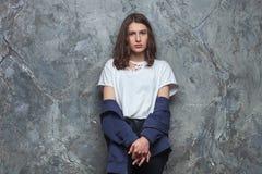 El retrato brillante de la moda de la mujer adolescente morena bastante joven del inconformista con brillante compone y aturdiend Foto de archivo