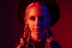 El retrato conceptual con los ojos se cerró de un adolescente hermoso Fotografía de archivo libre de regalías