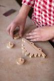 El retrato da a carpintero el juguete de madera del dinosaurio de la rueda del elemento en Fotos de archivo libres de regalías