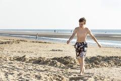 El retrato de adolescente está caminando en la arena Imagenes de archivo