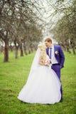 El retrato de boda de la novia y del novio en la primavera cultiva un huerto Foto de archivo