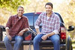 El retrato de dos hombres adentro coge el camión en acampada Foto de archivo libre de regalías