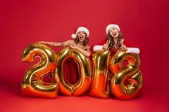 El retrato de dos muchachas felices alegres en la Navidad se viste Fotografía de archivo libre de regalías