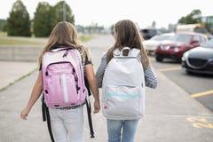 El retrato de dos pre adolescentes que estudiaban al aire libre en patio de escuela salió de la escuela Foto de archivo libre de regalías