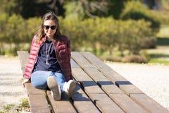 El retrato de Estefanía en el parque en primavera temprana fotos de archivo