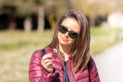 El retrato de Estefanía en el parque en primavera temprana foto de archivo