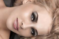 El retrato de la belleza de un blonde con smokey eyes Imagen de archivo libre de regalías