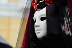 El retrato de la bruja en vestido negro del vintage, la máscara blanca cubre la cara Viuda Halloween de la mujer fotografía de archivo