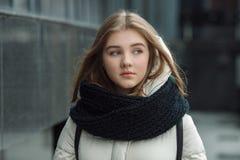 El retrato de la ciudad de la muchacha elegante rubia hermosa joven que presentaba en caída de la primavera al aire libre en el n Foto de archivo libre de regalías