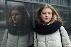 El retrato de la ciudad de la muchacha elegante rubia hermosa joven que presentaba en caída de la primavera al aire libre en el n Imagen de archivo