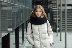 El retrato de la ciudad de la muchacha elegante rubia hermosa joven que presentaba en caída de la primavera al aire libre en el n Fotos de archivo