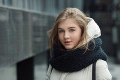 El retrato de la ciudad de la muchacha elegante rubia hermosa joven que presentaba en caída de la primavera al aire libre en el n Fotografía de archivo libre de regalías
