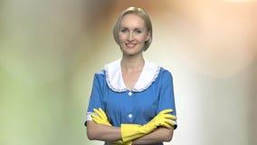 El retrato de la criada joven sonriente con los brazos cruzó almacen de video