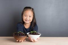 El retrato de la edad asiática de la niña 6 años come el arroz Foto de archivo