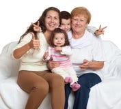 El retrato de la familia en el fondo blanco, gente feliz se sienta en el sofá Niños con la madre y la abuela Imagen de archivo libre de regalías