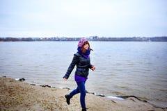 El retrato de la forma de vida de la mujer delgada caucásica joven corre a lo largo de otoño de la playa Fotografía de archivo libre de regalías