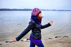 El retrato de la forma de vida de la mujer delgada caucásica joven corre a lo largo de otoño de la playa Imagenes de archivo