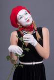 El retrato de la hembra imita con el sombrero rojo y el blanco Imagenes de archivo