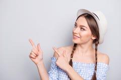 El retrato de la juventud bonita agradable encantadora milenaria hace que la opción de la decisión decida elige los anuncios para foto de archivo