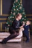 El retrato de la madre feliz y el bebé adorable celebran la Navidad Días de fiesta del ` s del Año Nuevo Niño con la mamá en el r Imágenes de archivo libres de regalías