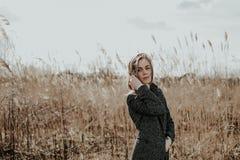 El retrato de la mitad dio vuelta a la mujer en fondo de la espadaña Fotos de archivo libres de regalías