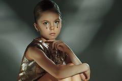 El retrato de la moda de la muchacha adolescente hermosa joven en el estudio Fotos de archivo libres de regalías