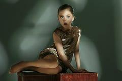 El retrato de la moda de la muchacha adolescente hermosa joven en el estudio Imagen de archivo