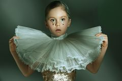 El retrato de la moda de la muchacha adolescente hermosa joven en el estudio Imagenes de archivo