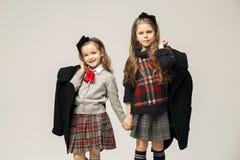 El retrato de la moda de muchachas adolescentes hermosas jovenes en el estudio Imagenes de archivo