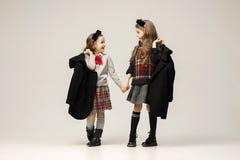 El retrato de la moda de muchachas adolescentes hermosas jovenes en el estudio Imágenes de archivo libres de regalías
