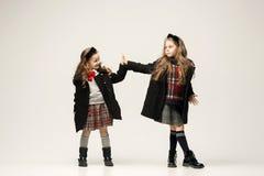 El retrato de la moda de muchachas adolescentes hermosas jovenes en el estudio Fotos de archivo libres de regalías