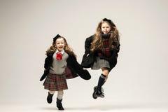 El retrato de la moda de muchachas adolescentes hermosas jovenes en el estudio Fotos de archivo