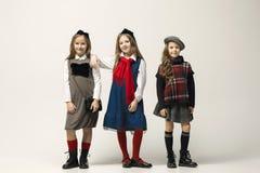 El retrato de la moda de muchachas adolescentes hermosas jovenes en el estudio Fotografía de archivo libre de regalías