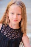 El retrato de la muchacha adolescente adorable con el pelo largo se divierte al aire libre Imagenes de archivo