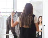 El retrato de la muchacha adolescente atractiva que toma decisiones viste en casa Foto de archivo libre de regalías