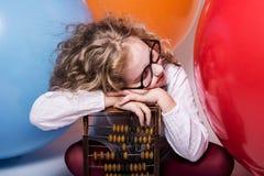 El retrato de la muchacha adolescente que soñaba en vidrios con los ojos se cerró otra vez Fotos de archivo libres de regalías