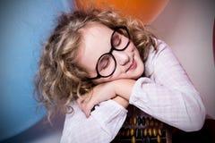 El retrato de la muchacha adolescente que soñaba en vidrios con los ojos se cerró otra vez Imagen de archivo libre de regalías