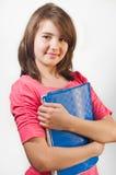 El retrato de la muchacha adolescente sonriente sostiene los libros aislados Foto de archivo libre de regalías