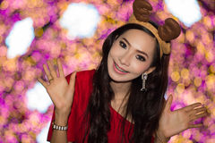 El retrato de la muchacha atractiva hermosa que lleva a Papá Noel viste Fotos de archivo