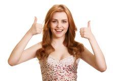 El retrato de la muchacha atractiva que muestra los pulgares sube la muestra Imagenes de archivo