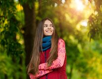 El retrato de la muchacha bonita en el amarillo del fondo se va Foto de archivo libre de regalías