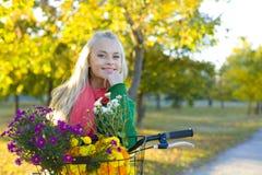 El retrato de la muchacha con la bicicleta Foto de archivo libre de regalías
