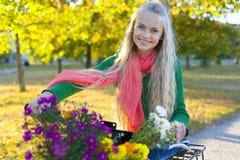El retrato de la muchacha con la bicicleta Fotos de archivo libres de regalías
