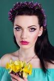 El retrato de la muchacha con las flores enrruella en pelo Fotografía de archivo libre de regalías