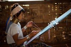 El retrato de la muchacha de Kayan Lahwi está tejiendo Imágenes de archivo libres de regalías
