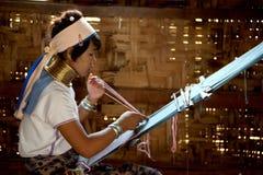 El retrato de la muchacha de Kayan Lahwi está tejiendo Fotografía de archivo